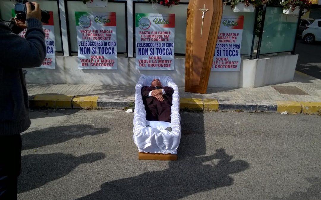 VIDEO – Crotone, si mette in una bara davanti alla Prefettura per protestare contro il taglio dell'elisoccorso