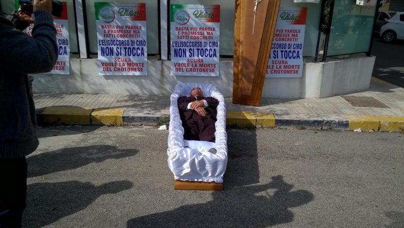 VIDEO - Crotone, si mette in una bara davanti alla Prefettura per protestare contro il taglio dell'elisoccorso
