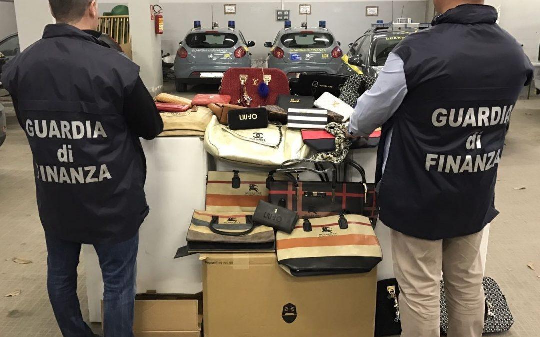 FOTO – Cinquemila beni contraffatti sequestrati dalla Guardia di Finanza a Cosenza al termine della fiera di San Giuseppe
