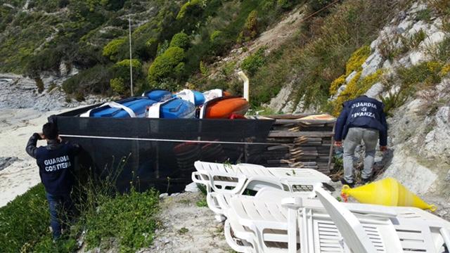 FOTO - Sequestrata un'area di 1500 mq sulla costa vibonese: erano in corso lavori non autorizzati