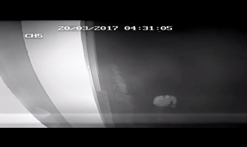 VIDEO - L'autore delle scritte contro don Ciotti e Libera a Locri ripreso dalle telecamere di sorveglianza