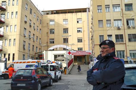 Moglie di un parlamentare scippata e ferita a Napoli: finisce in ospedale