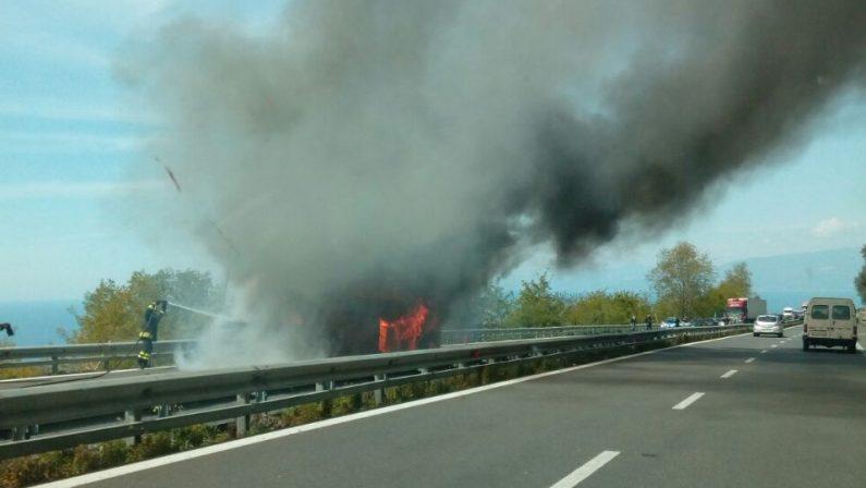FOTO - Paura sull'autostrada Salerno-Reggio CalabriaAutobus va in fiamme, l'intervento dei vigili del fuoco