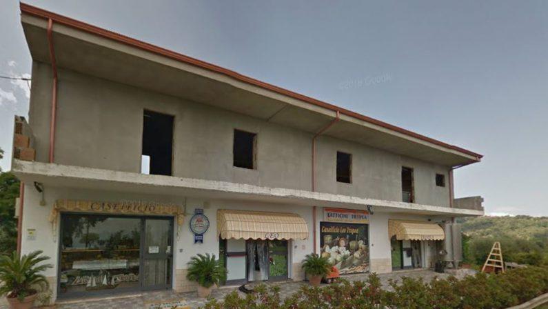 Ionadi, intimidazione contro esercizio commercialeSpari contro gli infissi del caseificio Tropea