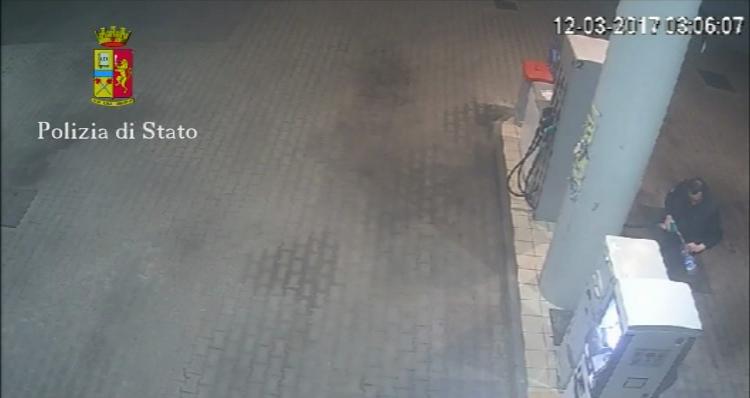 Diede fuoco all'auto del parroco d Bocale  Arrestato un uomo a Reggio Calabria