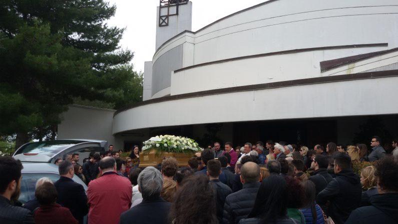 Morto Davide Carrabetta, commozione a CrotoneLa comunità si raduna per partecipare ai funerali