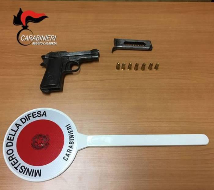Nascondeva un'arma e le munizioni sotto il sedile dell'autoArrestato in provincia di Reggio Calabria un uomo di 85 anni