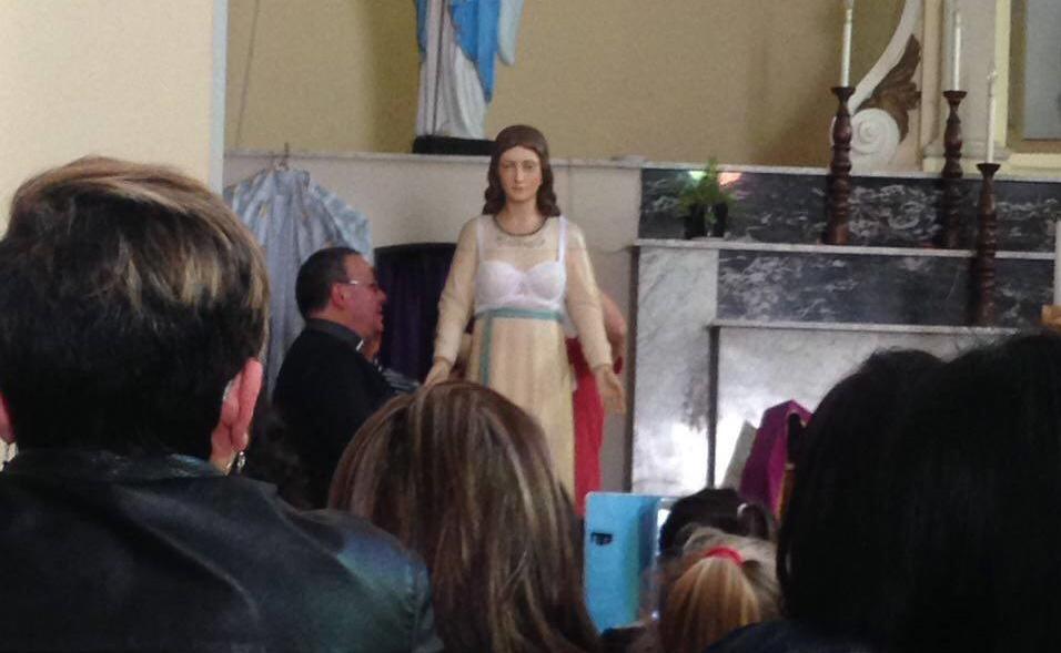 Acquaro, la statua della Madonna vestita in chiesaMa l'uso del reggiseno scatena le polemiche in paese