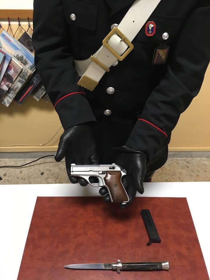Spara al fratello durante una riunione di famiglia per questioni ereditarie e poi si consegna ai carabinieri