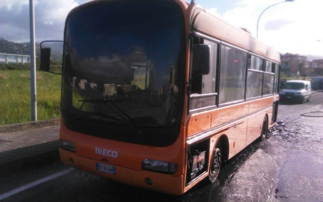 FOTO – Autobus in fiamme a Lamezia  Illeso l'autista, probabile cortocircuito