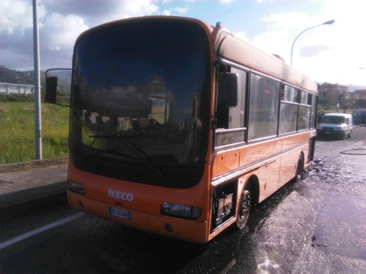 FOTO - Autobus in fiamme a LameziaIlleso l'autista, probabile cortocircuito