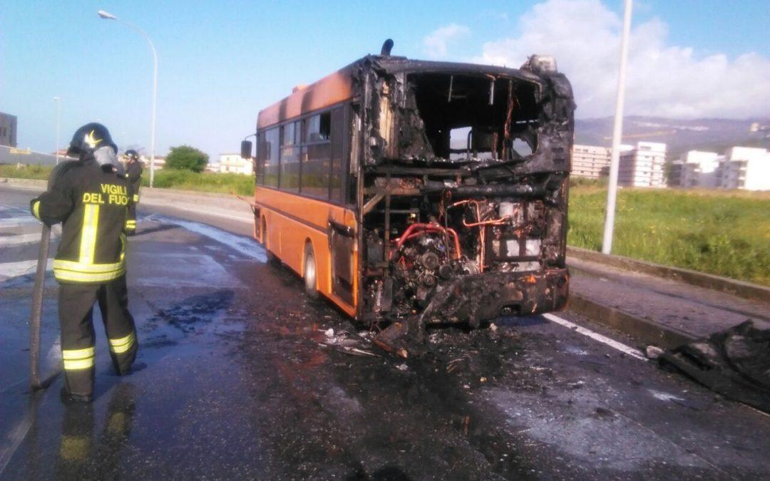 L'autobus distrutto dall'incendio