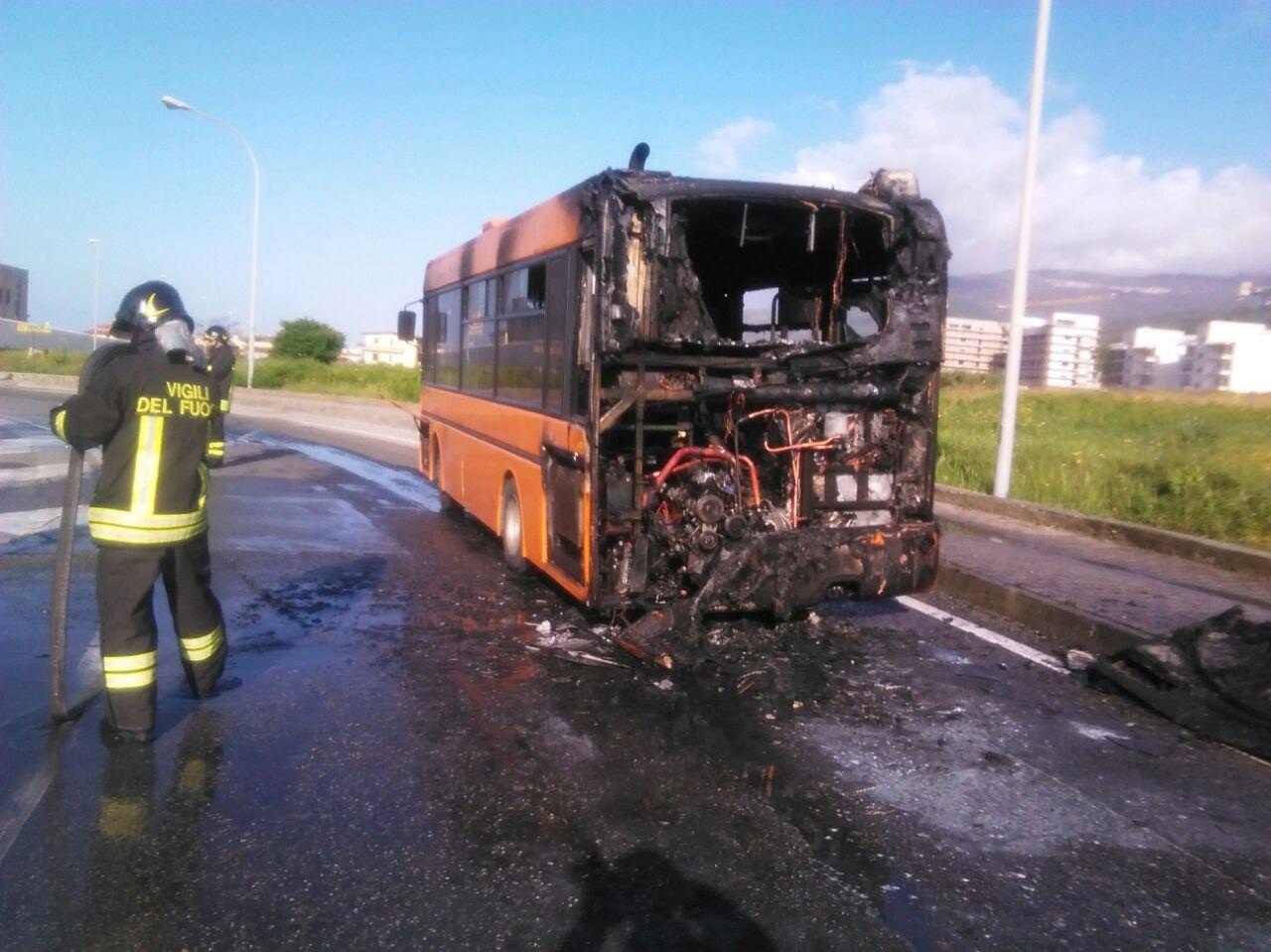 Autobus cittadino in fiamme a Lamezia Terme  Autista riesce a fermare il mezzo e salvarsi