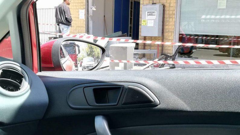 Sradicano lo sportello bancomat da un ufficio postale, furto con un escavatore a Cosenza