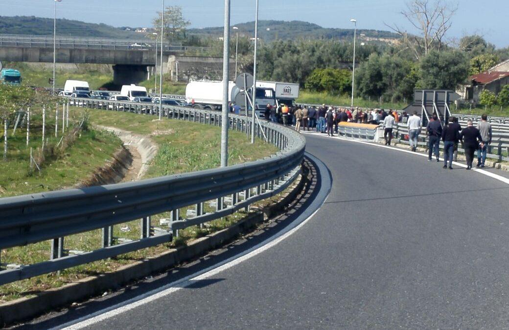 FOTO – La protesta al porto di Gioia Tauro  Dalle croci davanti lo scalo al blocco autostradale
