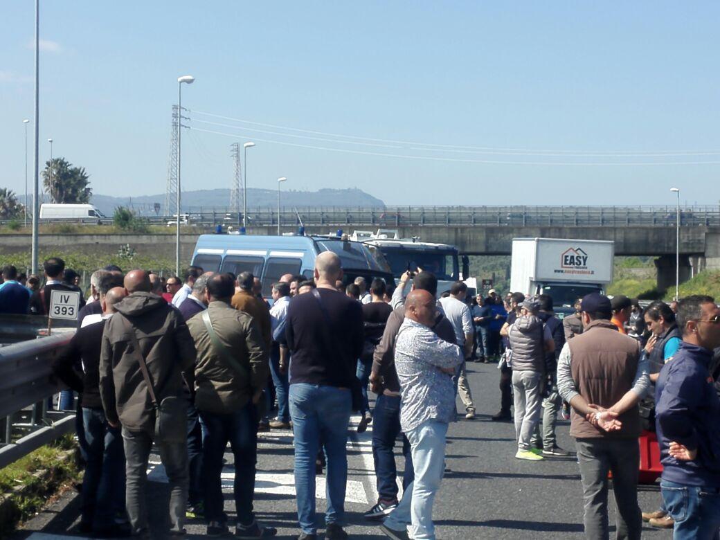 Lavoratori porto di Gioia Tauro bloccano autostrada  Dura protesta: tre croci davanti l'ingresso dell'area
