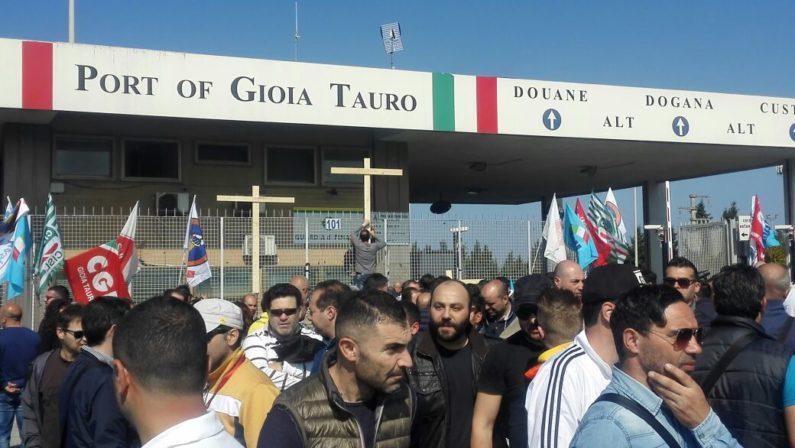 Presidio a Gioia Tauro per difendere centinaia di postiLavoratori davanti al porto in attesa dell'incontro al Ministero