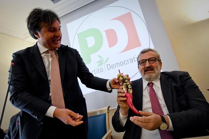 """Corno """"anti jella"""" per Emiliano in visita a Napoli"""