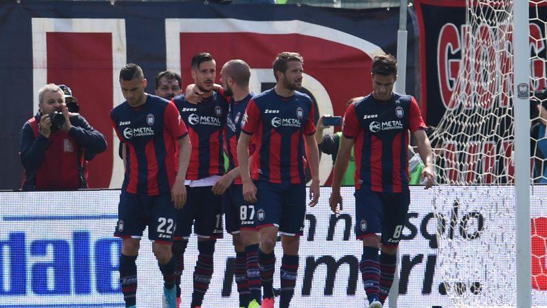 Serie A, il Crotone batte l'Inter e torna a sognare  Allo Scida giornata di festa: speranza per salvezza