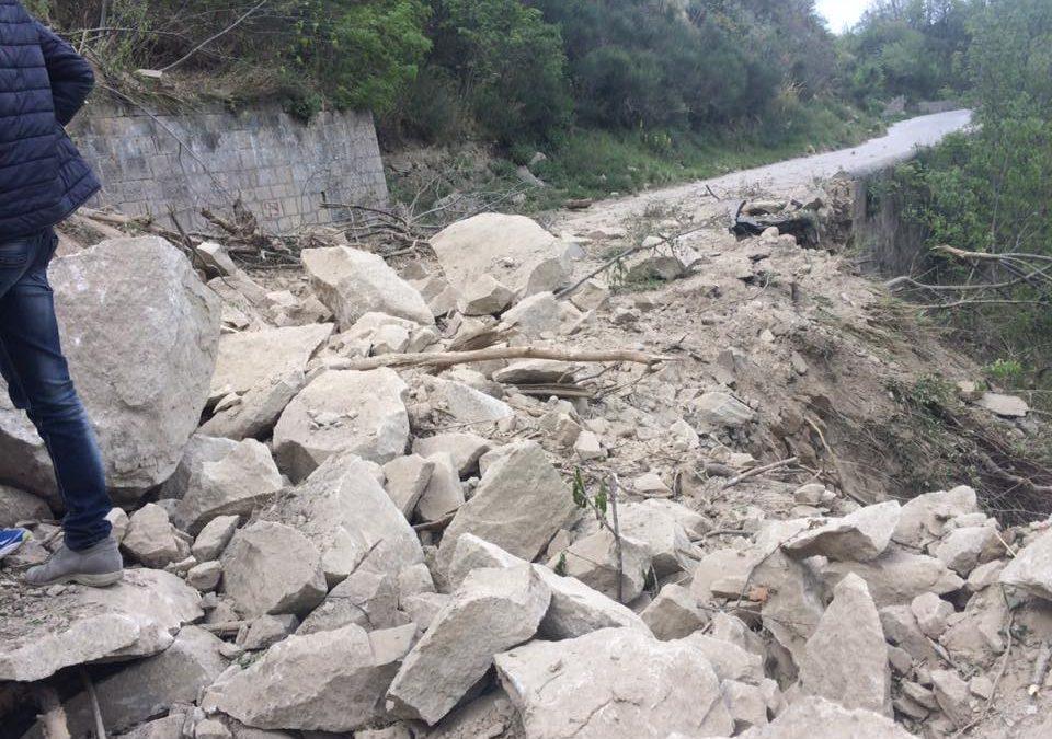 Castelmezzano, la frana rovina la Pasqua: strada chiusa e niente acqua
