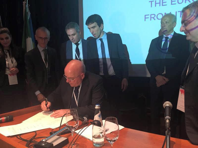 Il ministro Martina allo stand della Regione Calabria al Vinitaly: «Il comparto agricolo migliorerà ancora»