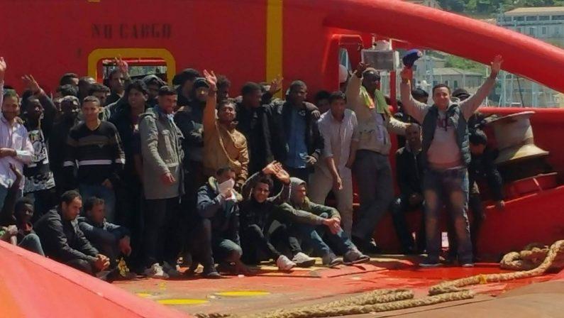 Salerno, sbarco di quasi mille migranti: c'è anche un bambino morto