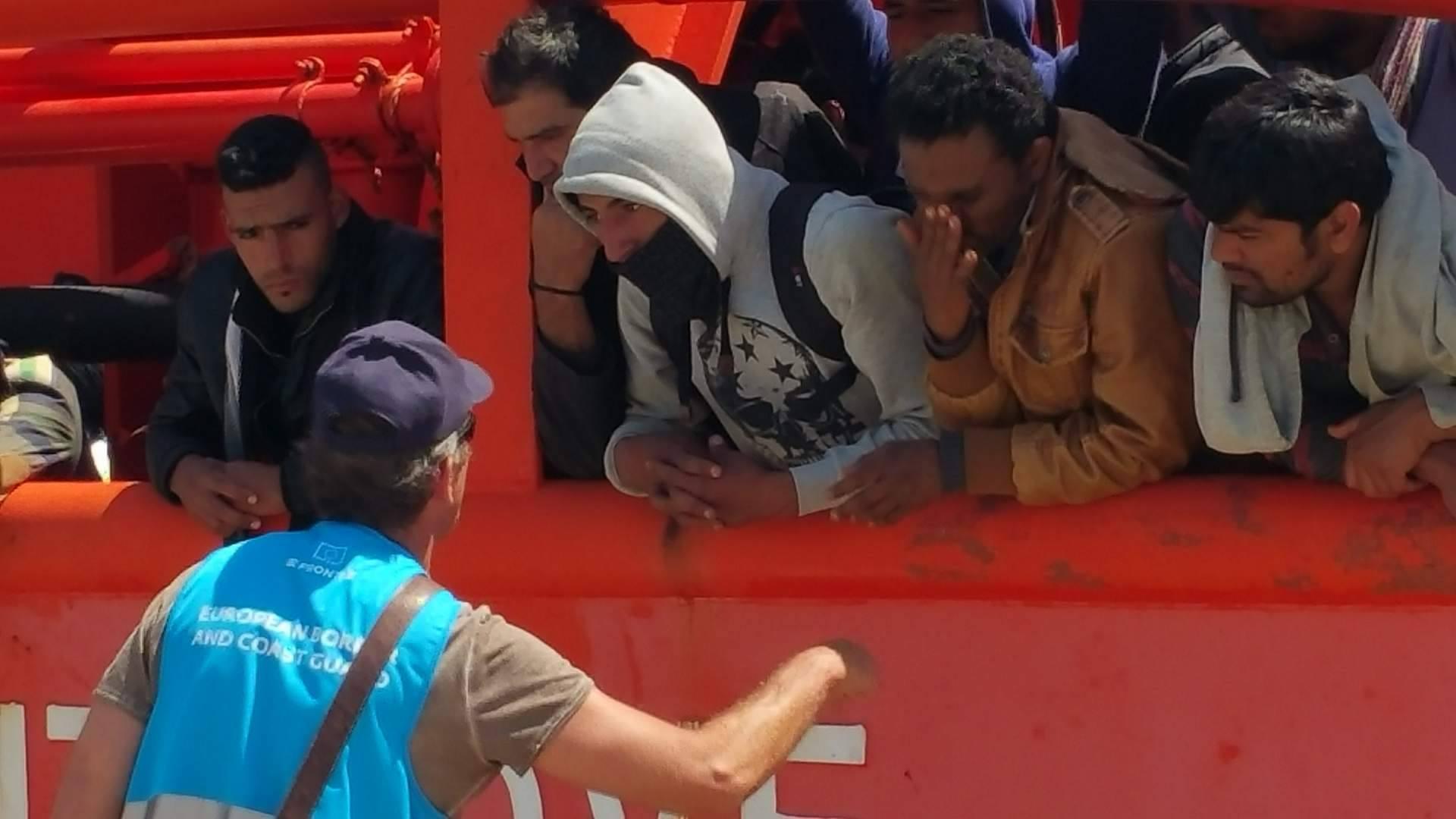 VIDEO - Maxi sbarco di immigrati a Vibo Valentia: oltre 1600 persone