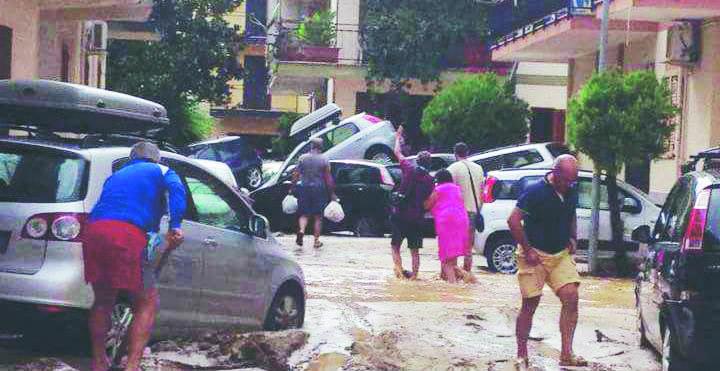 Una immagine delle auto travolte dall'acqua il 12 agosto del 2015 a Rossano