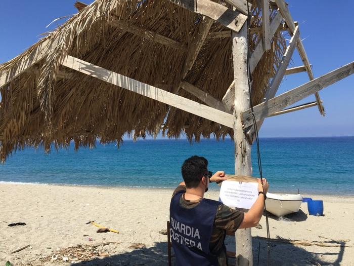 Coperture abusive sulla spiaggia di PalmiScatta il sequestro della Capitaneria di porto