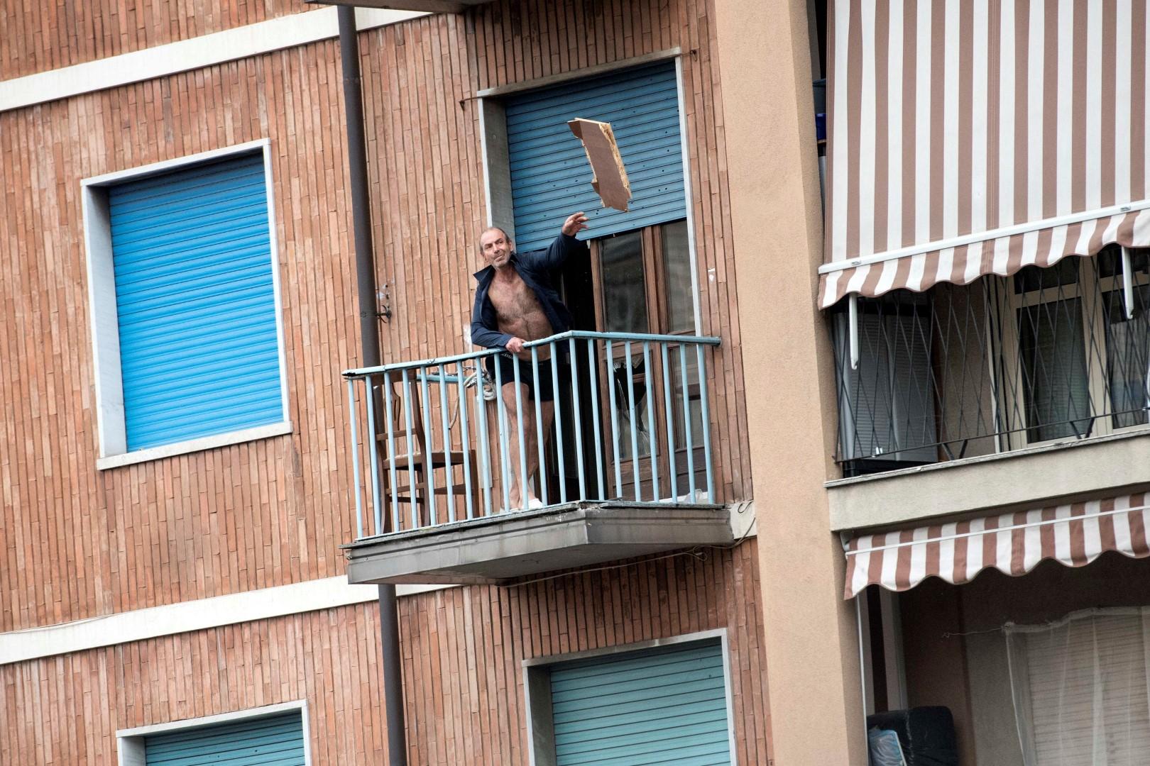 FOTO - Commerciante calabrese si barrica in casae minaccia il suicidio in una borgata di Torino