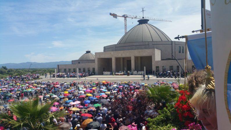 FOTO - In migliaia al raduno dei cenacoli a ParavatiNel ricordo della mistica Natuzza Evolo
