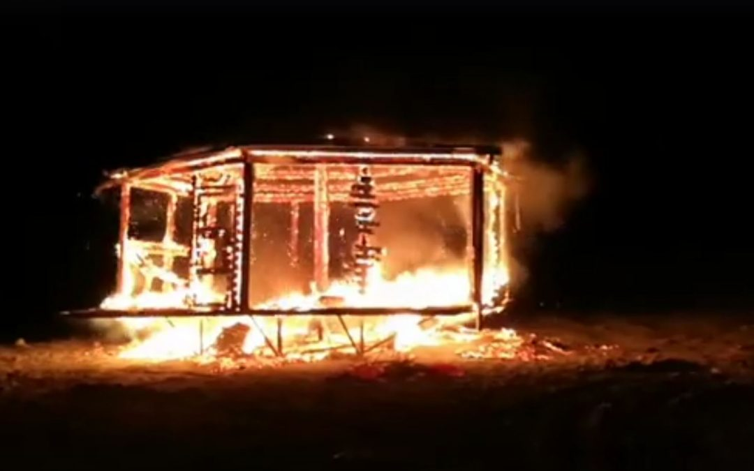 Il chioschetto distrutto dalle fiamme