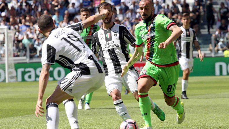 Serie A, la Juventus travolge il Crotone e vince lo scudettoPer i calabresi c'è ancora speranza di ottenere la salvezza