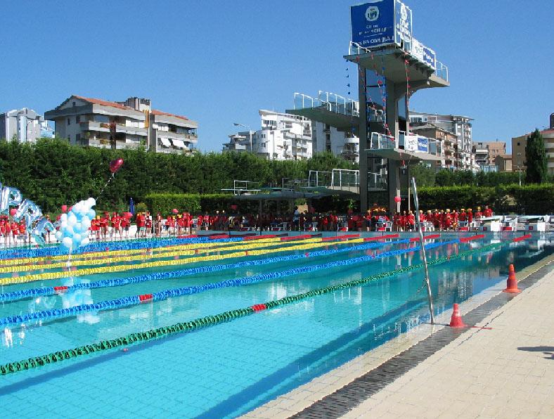 """Al via a Cosenza la competizione per il """"XV meeting di nuoto"""" con quasi mille atleti"""