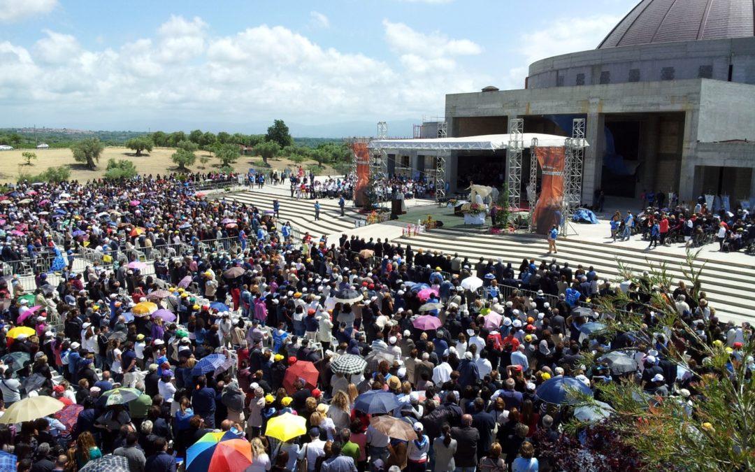 In trentamila a pregare sulla tomba di Natuzza A fine messa cade un'impalcatura, diversi feriti