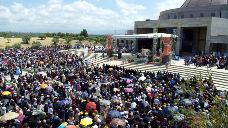 In trentamila a pregare sulla tomba di NatuzzaA fine messa cade un'impalcatura, diversi feriti
