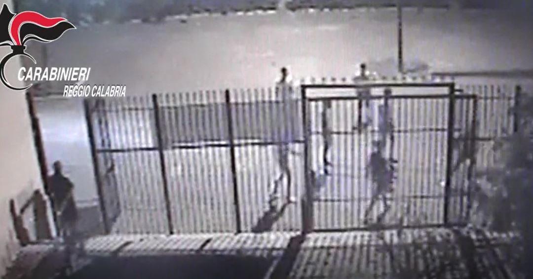 I giovani che giocano a calcio poco prima dell'aggressione ripresi dalle telecamere