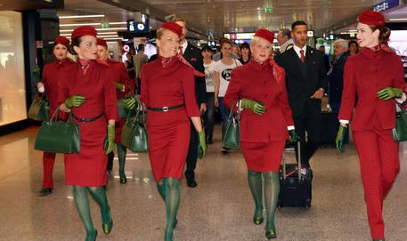 """Alitalia, De Luca: """"Le divise delle hostesso sono penose"""""""
