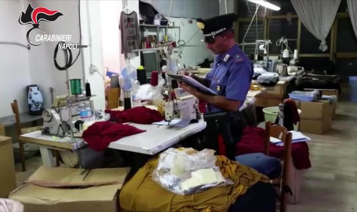 Migliaia abiti griffe più note falsi, operazione dei Carabinieri nel Napoletano:6 arresti