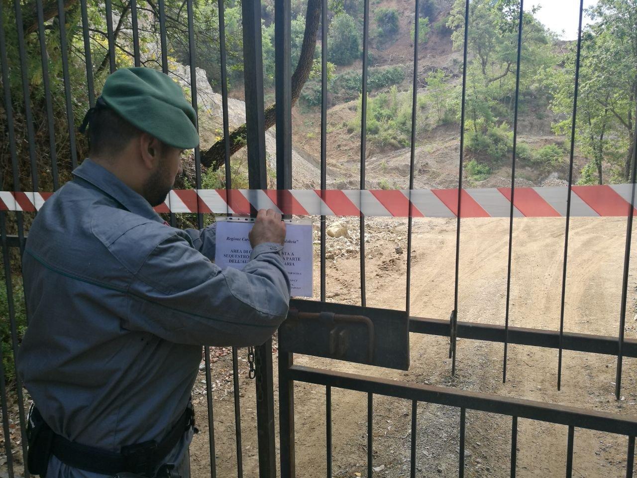 Una cava per la produzione di inerti in una zona sottoposta a vincolo a Cosenza: scattano sequestro e deferimento