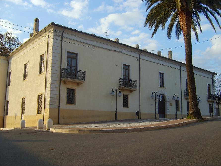 Il palazzo comunale di Isola Capo Rizzuto