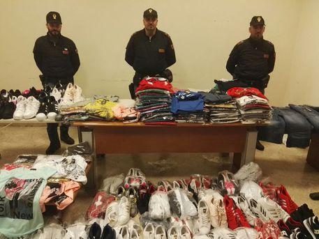 Sequestrati a Napoli capi contraffatti: folla cerca 'salvare' acquirente
