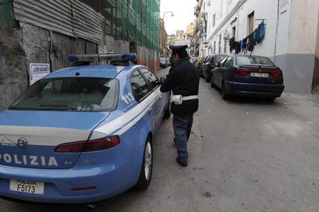 Napoli, rapinatore spara: agente lo ferisce