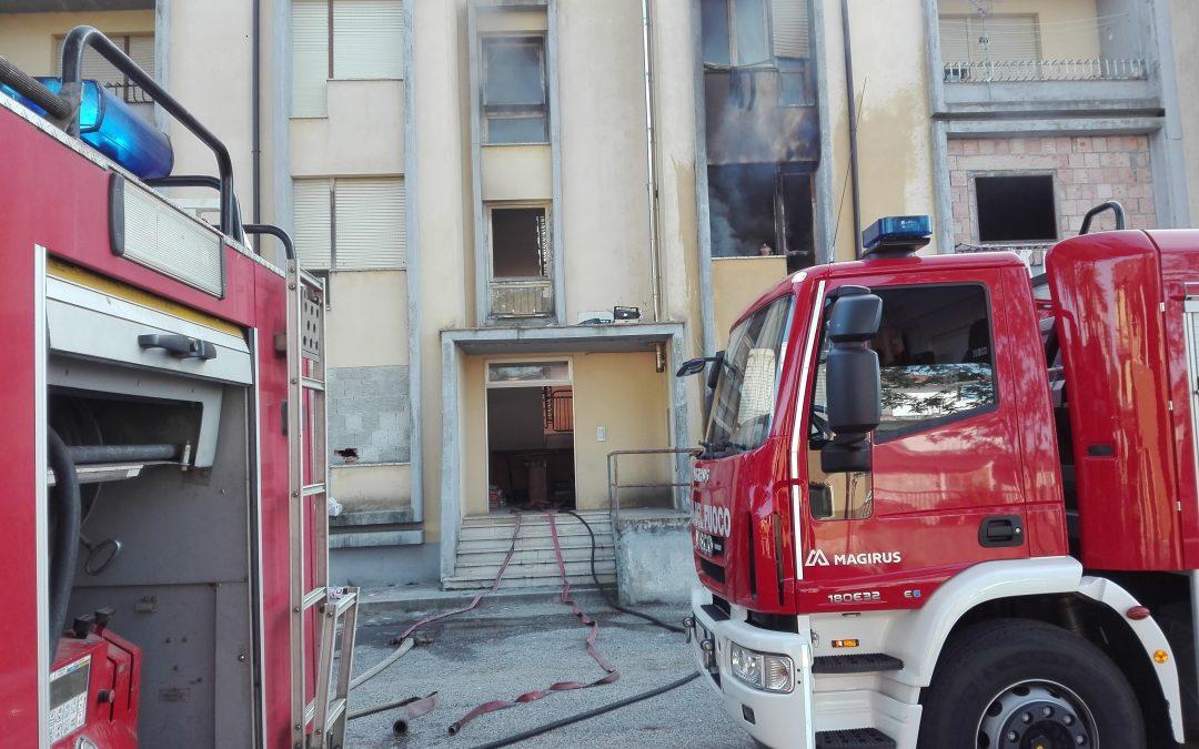 Due mezzi dei vigili del fuoco davanti all'edificio