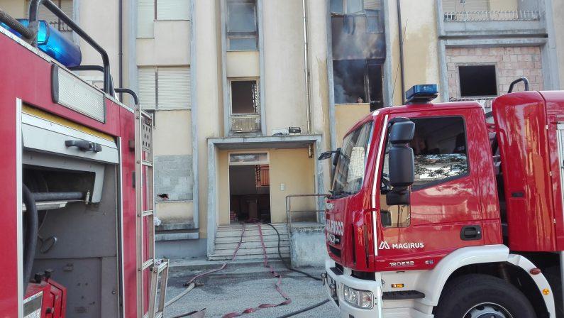 Appartamento in fiamme nel Vibonese, residenti fatti evacuare con l'autoscala dei vigili del fuoco