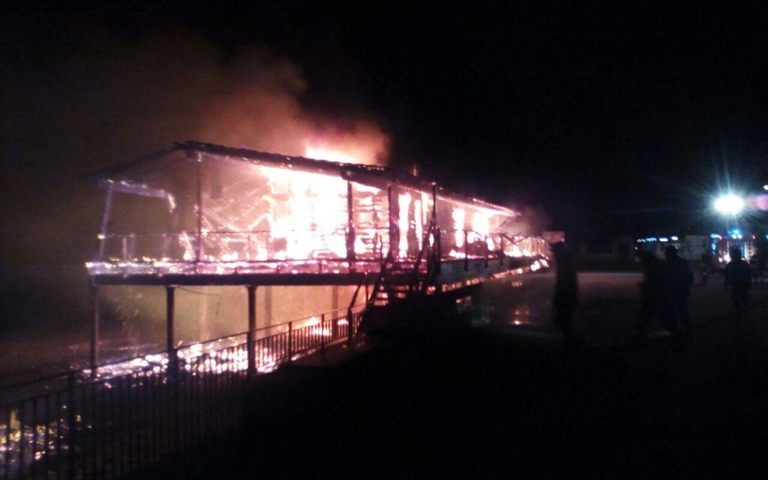 FOTO – Incendio distrugge noto stabilimento balneare  La struttura di Squillace prima e dopo il rogo