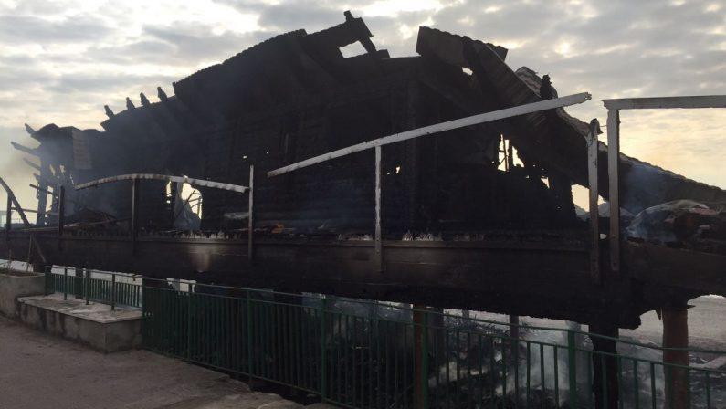 VIDEO - Incendiato il lido Ulisse a SquillaceQuel che resta del noto stabilimento balneare