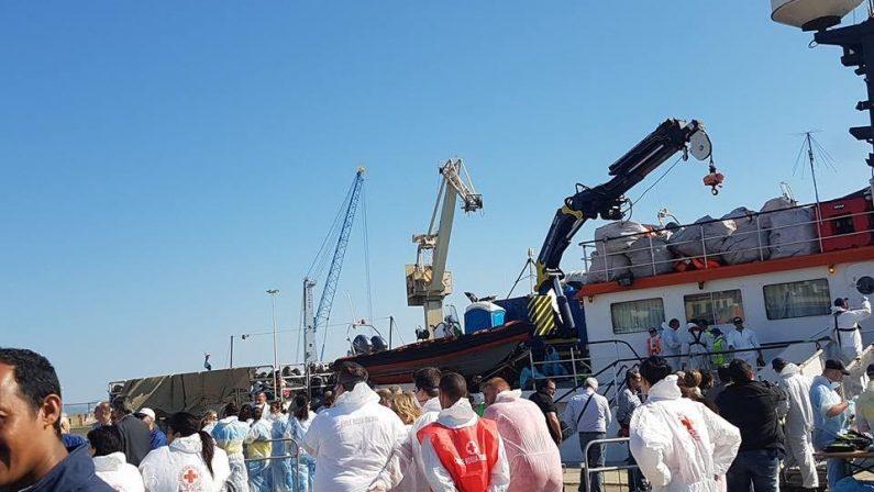 Seicento migranti sbarcati a Crotone, sulla loro nave anche 32 salme di persone morte nel naufragio in Libia