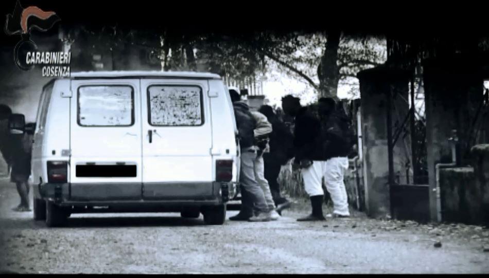VIDEO – Migranti sfruttati a Cosenza, quattordici arresti: le immagini dei carabinieri