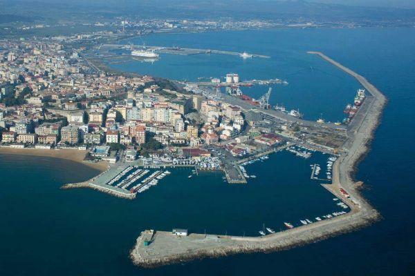 Migranti, nuovo sbarco sulle coste calabresiPortate in salvo 71 persone a Crotone